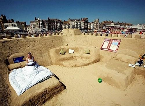Weymouth, nel Dorset in UK. Nella foto il celebre hotel di sabbia.